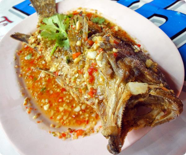 ラオラオの魚をまるごと唐揚げ