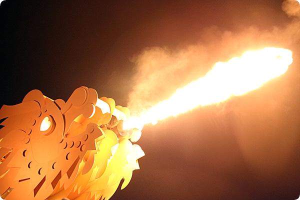 激しく火を噴くドラゴンブリッジ