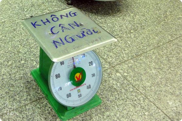 ノイバイ国際空港の荷物用はかり